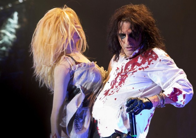 alice-cooper-performing-live-03